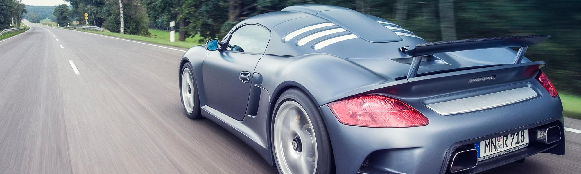 Kunststoff und Carbon für Automotive