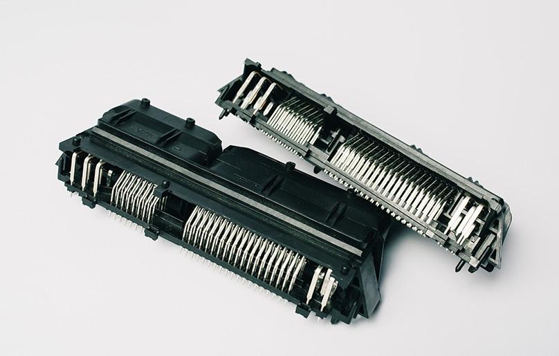 Spritzgussteile Stecker Metallpins umspritzt Automotive