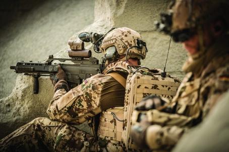 Soldat im Außeneinsatz mit Leichtbaukomponenten